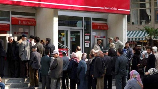 Binlerce Emekliye Kötü Haber! Bayram İkramiyesi Sadece SGK'dan Aylık Alanlara Ödenecek
