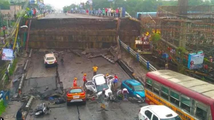 Hindistan'da otoyol çöktü
