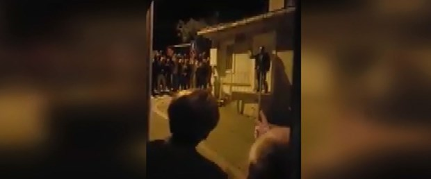 Meral Akşener'in evinin önünde Bahçeli sloganları (Akşener pencereye çıktı)