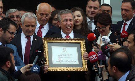 Ankara Büyükşehir Belediyesi'nde devir-teslim (Mansur Yavaş mazbatasını aldı)