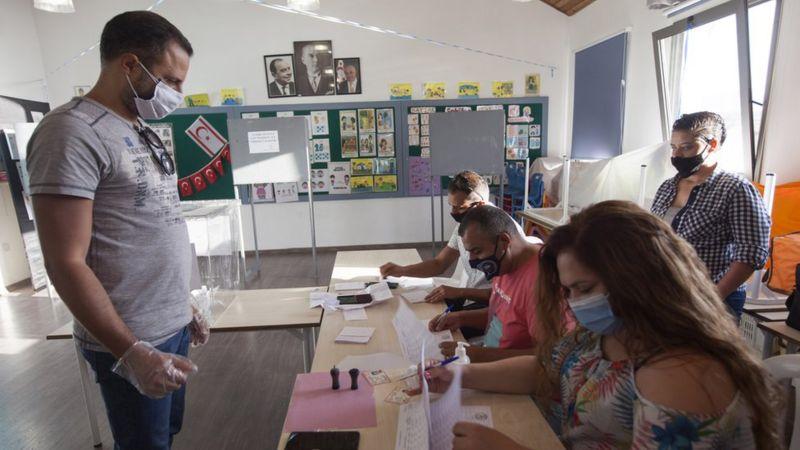Kuzey Kıbrıs'ta kesinleşmemiş sonuçlara göre cumhurbaşkanlığı seçimini Ersin Tatar kazandı