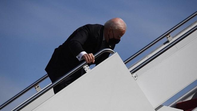 Biden'ın uçağa binerken 3 kez düşmesi gündem oldu